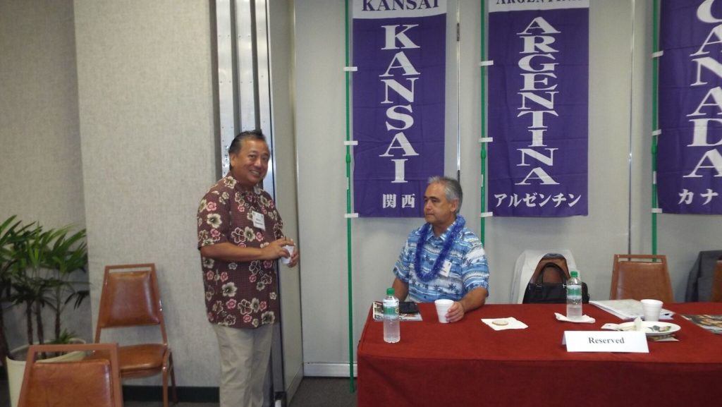 MC Steve Sombrero talking with Mike McCartney, chief of staff for Hawaii Governor David Ige
